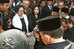 Megawati Soekarnoputri beserta putrinya Puan Maharani